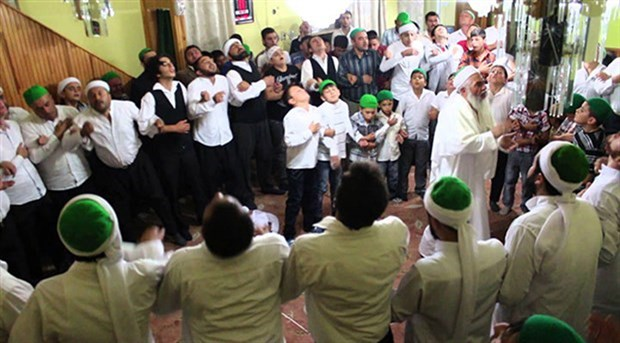 Akit yazarı: Cemaat ve tarikatlar kontrol edilmeli