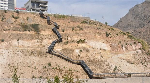Yurda 550 basamaklı merdiveni tırmanarak ulaşabiliyorlar