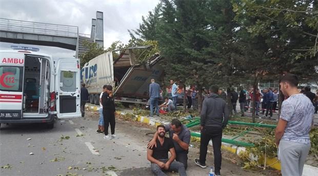 Sakarya'da TIR durağa girdi: 2 ölü, 4 yaralı