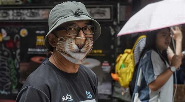 Hong Kong'da eylemciler mancınıkla polise kiremit fırlattı