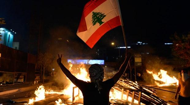 Ekonomik krizin vurduğu Lübnan'da isyan büyüyor