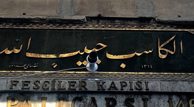 Kapalçarşı'da tarihi kitabe matkapla delindi