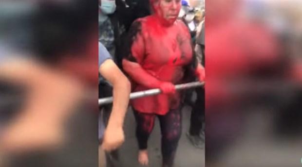 Bolivya'da Morales karşıtları belediye başkanının üstüne boya döktü, saçını kesip yalın ayak sokakta yürüttü