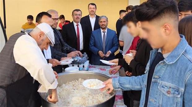 Lise öğrencileri, 'pilav yiyeceğiz' denilerek müftülüğün etkinliğine götürüldü
