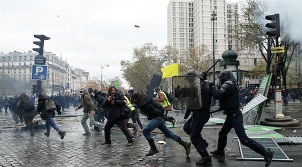 Eylemlerinin birinci yılında sokağa çıkan Sarı Yelekliler'e polis saldırısı