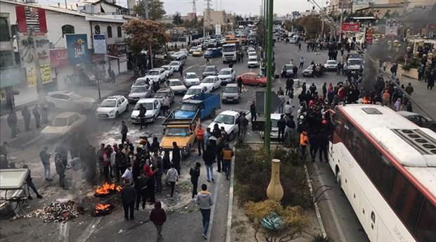 İran'da benzin zammı protestosu: Eylemciler Tahran'ın giriş-çıkış yollarını trafiğe kapattı