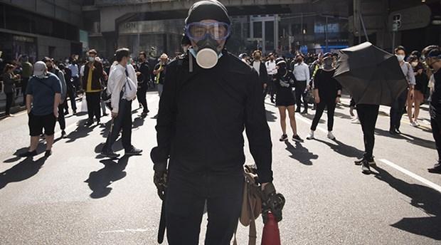 Hong Kong'daki protestolarda bir polis memuru okla vuruldu