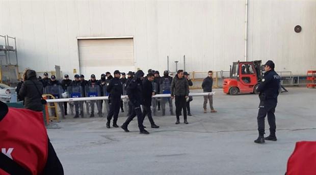 İşten çıkarılan işçilere polis müdahalesi