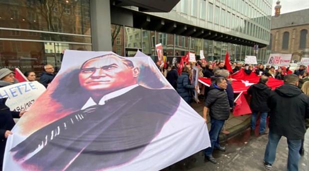 Alman ARD televizyonu önünde Atatürk protestosu