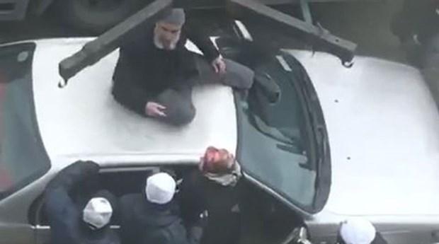 Ankara'da bir sürücü otomobilini çektirmemek için üzerine çıktı
