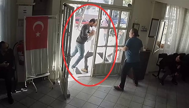 Doktora kafa atan saldırgan yakalandı