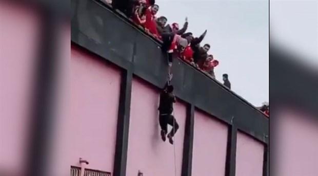 Halatla tribüne tırmandılar