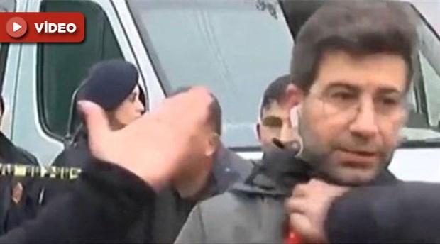 Çöken kerpiç binanın önünde canlı yayın yapan DHA muhabirine saldırı