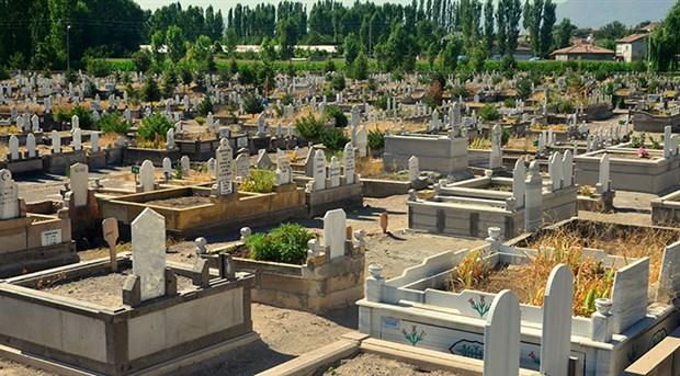 Mersin'de tarikatçılar mezarlara saldırdı