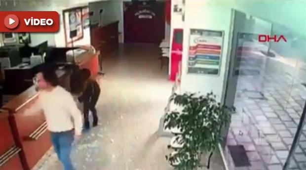 Antalya'da otomobil açıköğretim bürosuna çarptı: 1 ölü, 2 yaralı