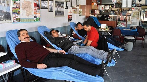Kahvehanesinde düzenlediği kampanyalarla 800 kişinin kan vermesini sağladı