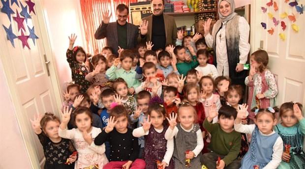 AKP'li belediye başkanı anaokulu öğrencilerine rabia işareti yaptırdı