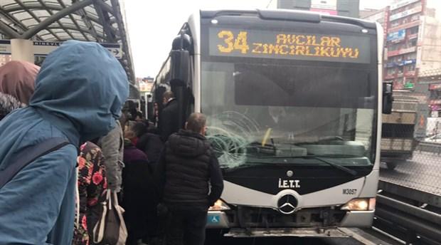 Şirinevler'de metrobüs yolcuya çarptı