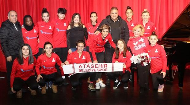 Kadın futbolculardan Gülsin Onay'a ziyaret