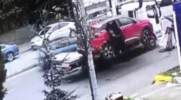 Kadıköy'de çekicinin kaldırdığı araçtan düşen yaşlı kadın yaralandı