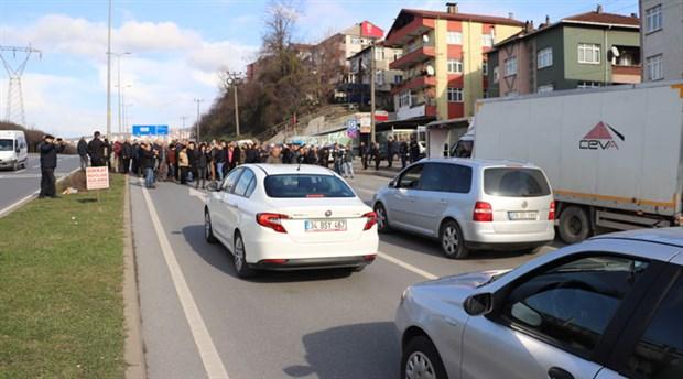 Kazalardan bıkan mahalleli, önlem alınmamasına tepki gösterdikleri yolu kapattı
