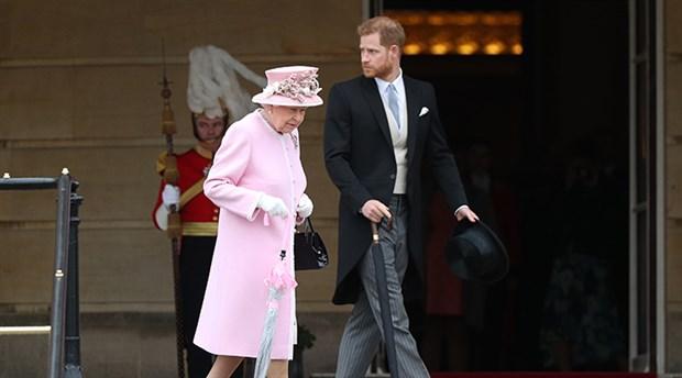 Kraliçe ile Prens Harry baş başa görüşüp krizi çözdü