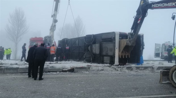 Isparta'da yolcu otobüsü devrildi: 3'ü ağır 29 yaralı