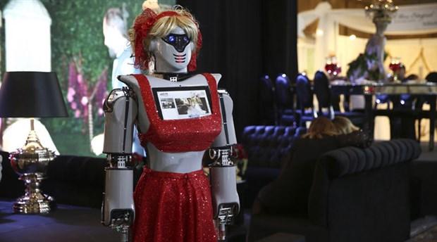 Konya'da üretilen robotlar kına gecelerinde tepsi taşıyacak