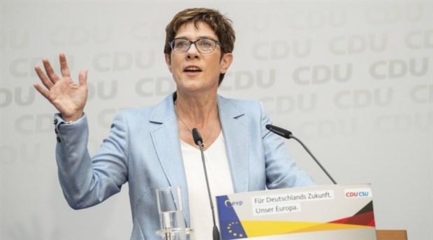 Almanya'da siyasi kriz büyüyor: Merkel'in halefi istifa etti