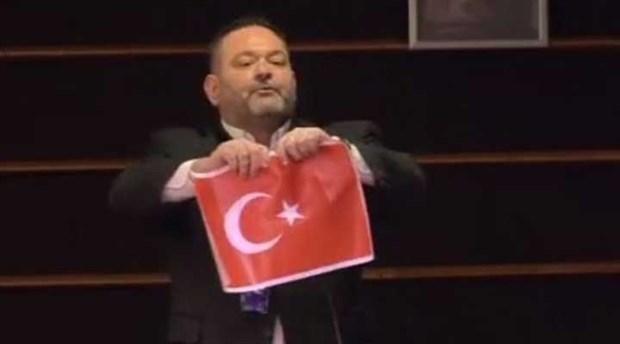 Avrupa Parlamentosu'ndan Türk bayrağını yırtan Yunan vekile ceza