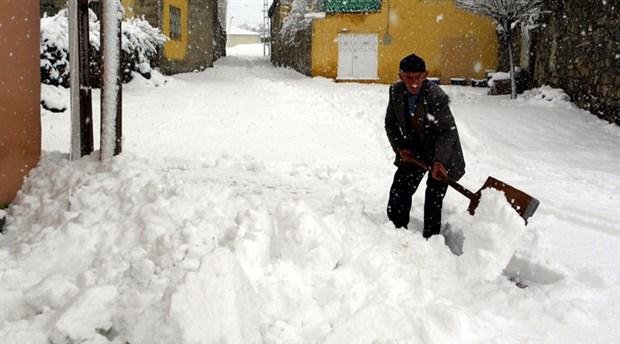 Kayseri'de 130 mahalle yolu ulaşıma kapandı, 5 ilçede okullar tatil edildi