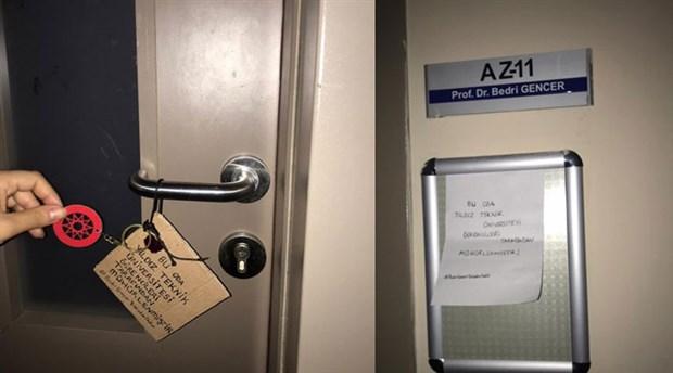 YTÜ öğrencileri Bedri Gencer'in odasını mühürledi
