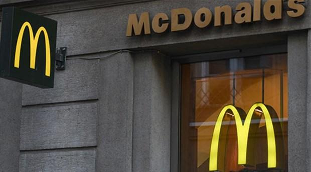 Fast food skandalları bitmek bilmiyor: Burgerin içinden metal çubuk çıktı