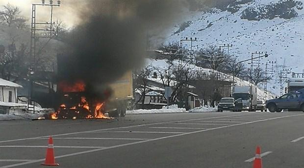 Depremzedelere yardım götüren kargo kamyonu yandı