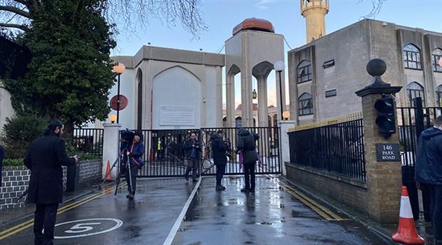 Londra'da camide bıçaklı saldırı
