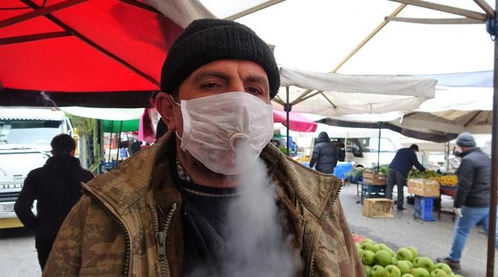 Sigara tiryakisi pazarcının koronavirüs maskesi görenleri şaşırttı
