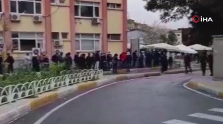 Koronavirüs testi yaptırmak isteyen yurttaşlar hastane önünde kuyruk oluşturdu