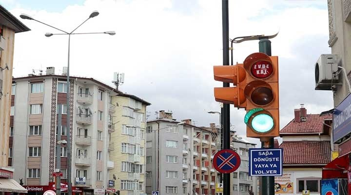 """İstanbul'da ışıklı trafik levhalarıyla """"Evde kal"""" çağrısı"""
