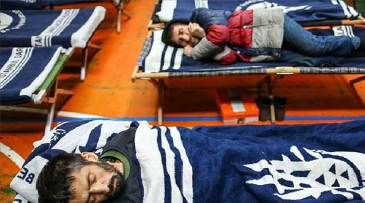 İBB, koronavirüs salgını nedeniyle sokakta yaşayanları spor salonlarına yerleştiriyor