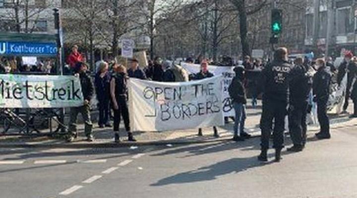 Koronavirüs günlerinde Berlin'in ilk protesto gösterisi yapıldı