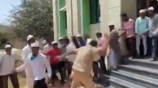 Hindistan polisinden yasağa uymayan cemaate sopayla darp