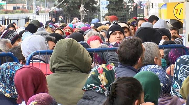 Esenyurt PTT önünde sosyal mesafesiz kalabalık
