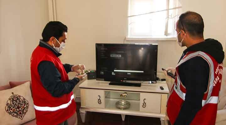 Öğretmenler, öğrencilerin EBA TV ayarlarını yapmak için köy köy dolaşıyor