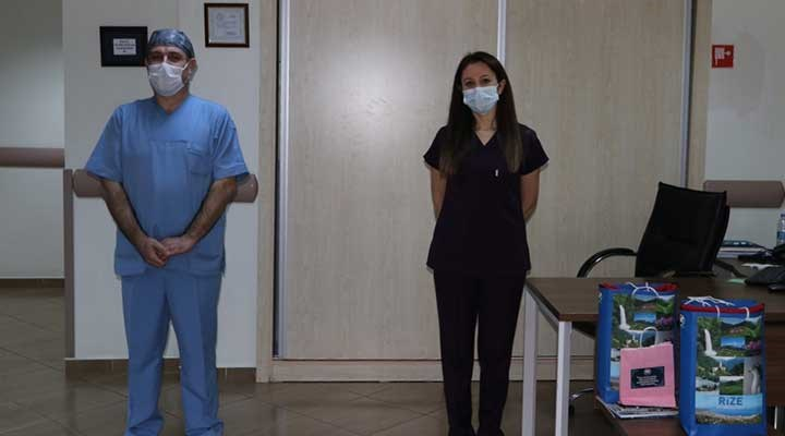 Rize'de koronavirüsü yenen 2 hemşire alkışlarla göreve geri döndü