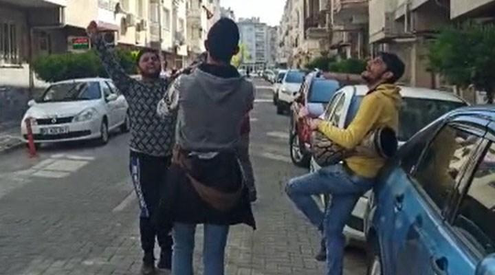 Sokakta şarkı söyleyip para toplayan gençlere 'sosyal mesafe' cezası