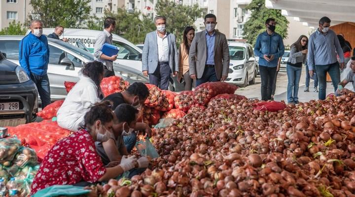Yozgatlı çiftçinin soğanını Kuşadası Belediyesi aldı