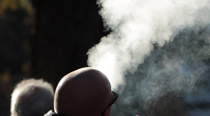 Sigara içmek koronavirüsün ağır geçmesine yol açıyor