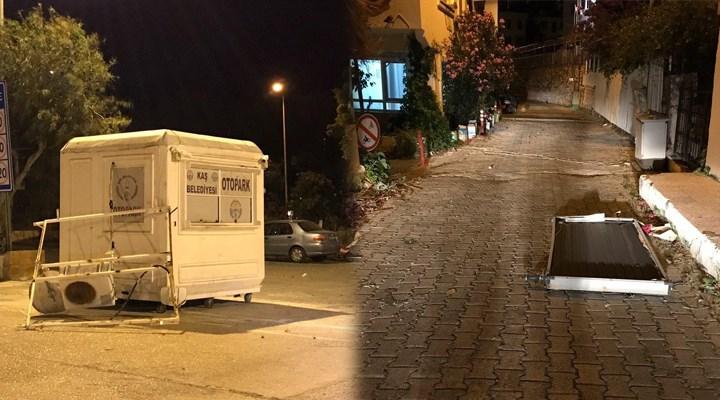 Antalya'da şiddetli fırtına hayatı olumsuz etkiledi