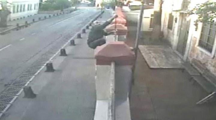 Ermeni Kilisesi'nin kapısındaki haçı yerinden söken kişi, gözaltına alındı