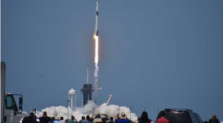 SpaceX'in insanlı uzay mekiği yörüngeye fırlatıldı
